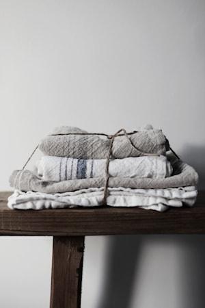 Viskestykke ERNST hvid m grå stribe