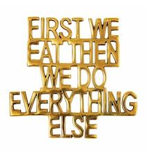 Grytunderlägg First We Eat Mässing