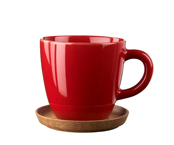 Höganäs Kahvikuppi 33 cl Omenanpunainen puualustalla