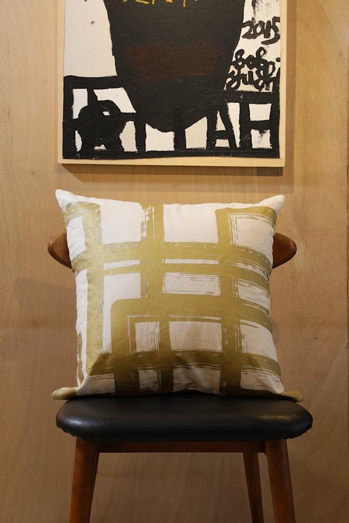 Putevar White/Gold Graphic Brush Linen 50 x 50 cm